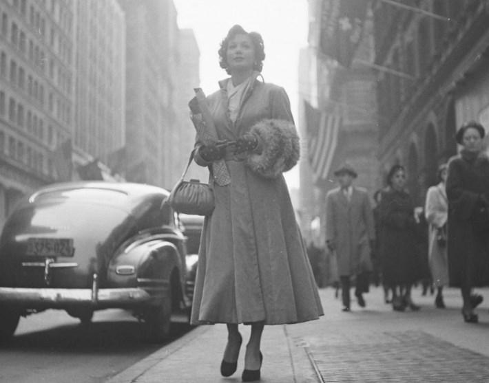 Дама на улице Нью-Йорка в 1930-ых годах